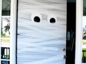03-diy-halloween-crafts-mummy-door-fsl