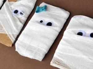 06-diy-halloween-crafts-mummy-cards-sl